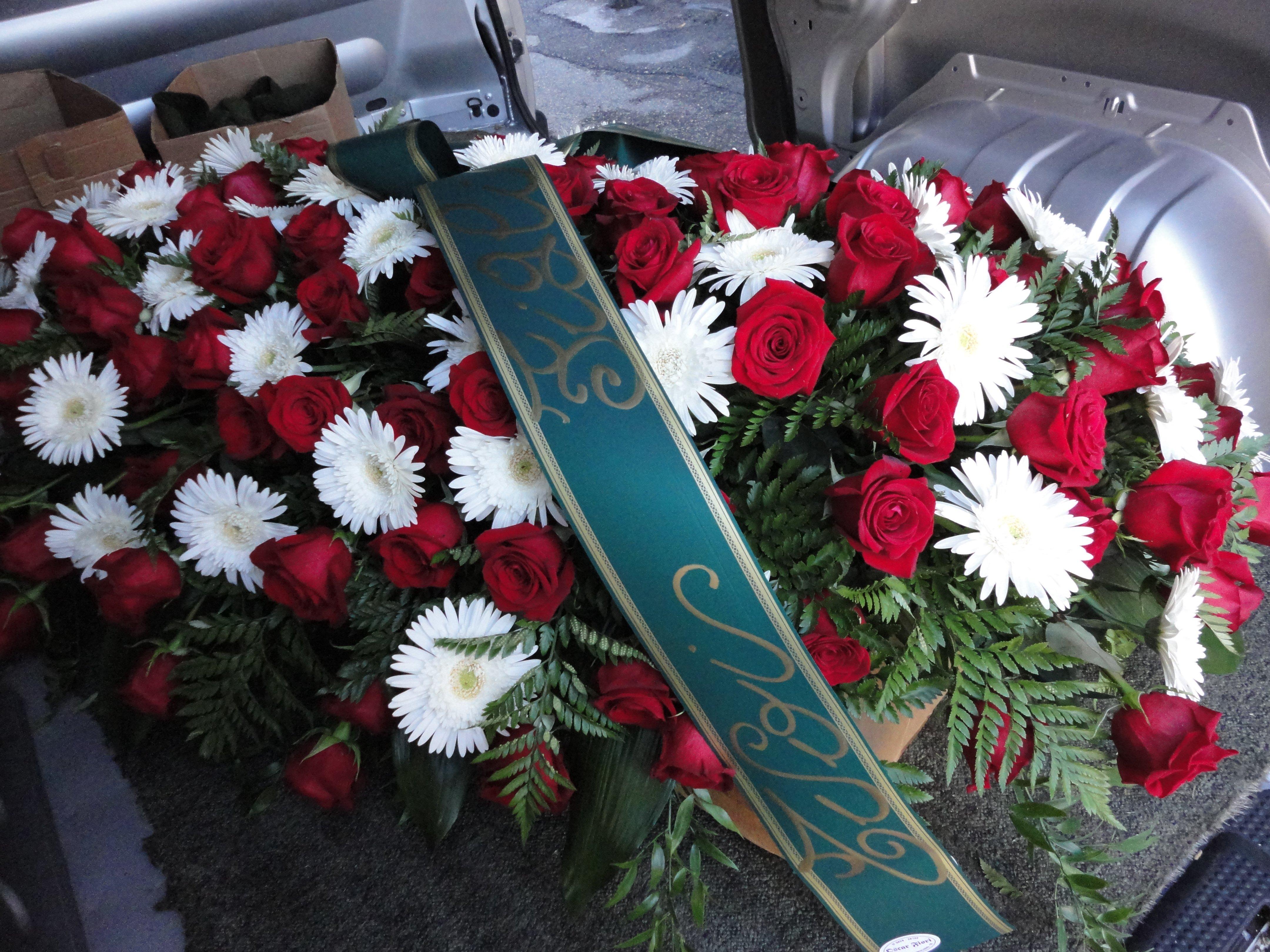 composizione bianca e rossa per funerale con fascia