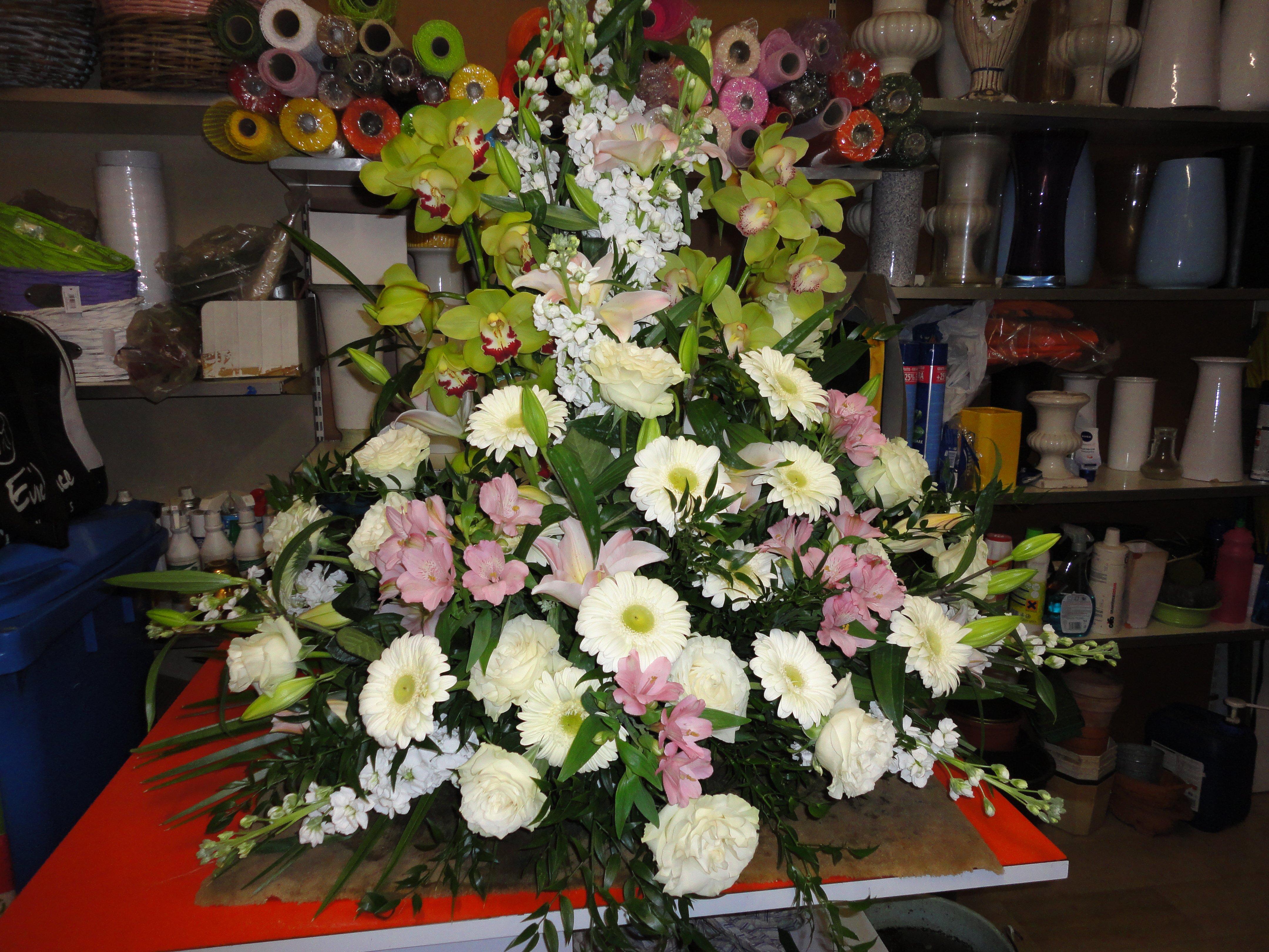 mazzo di margherite bianche e fiori rosa