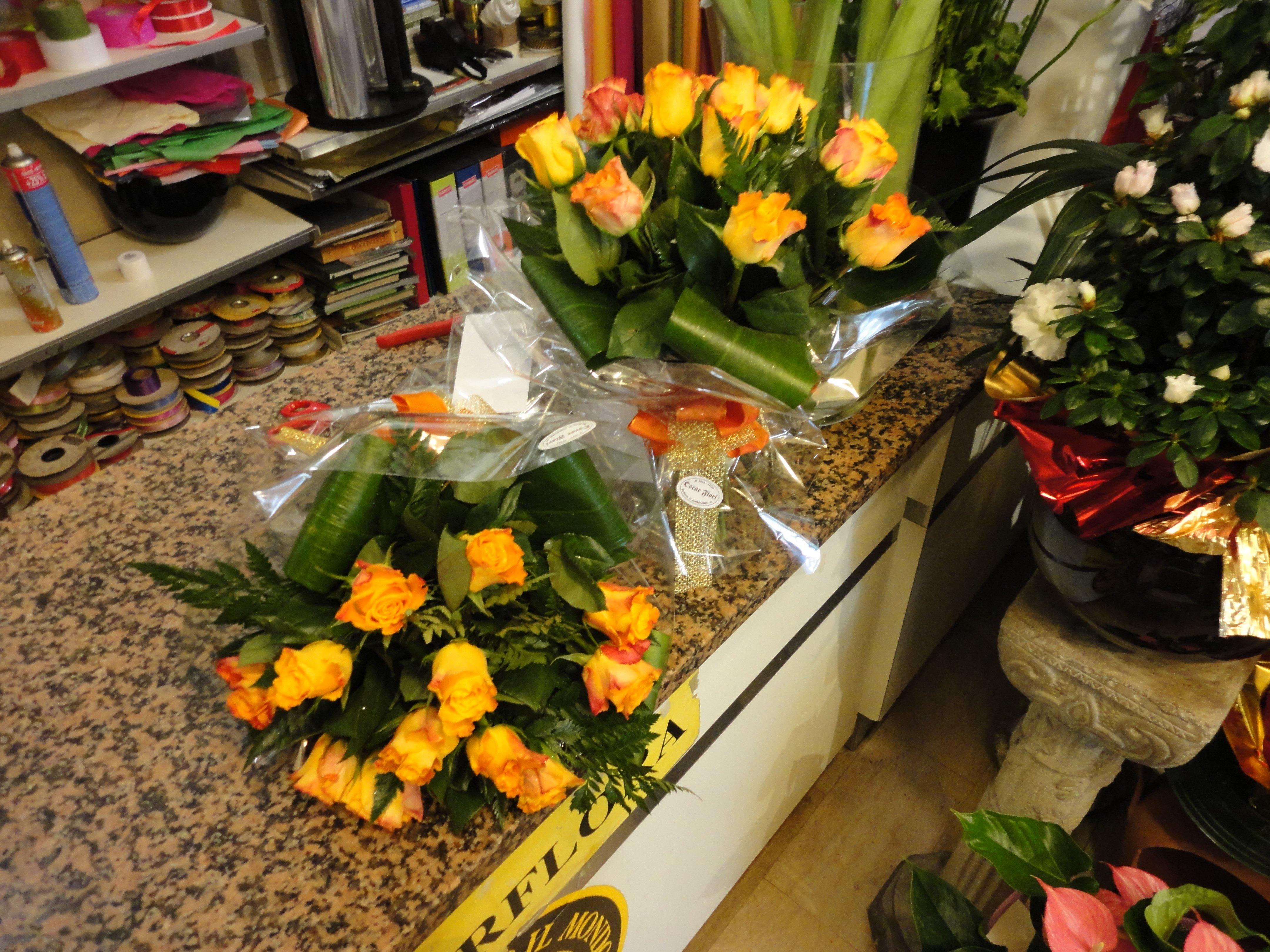 rose gialle sul bancone del fioraio