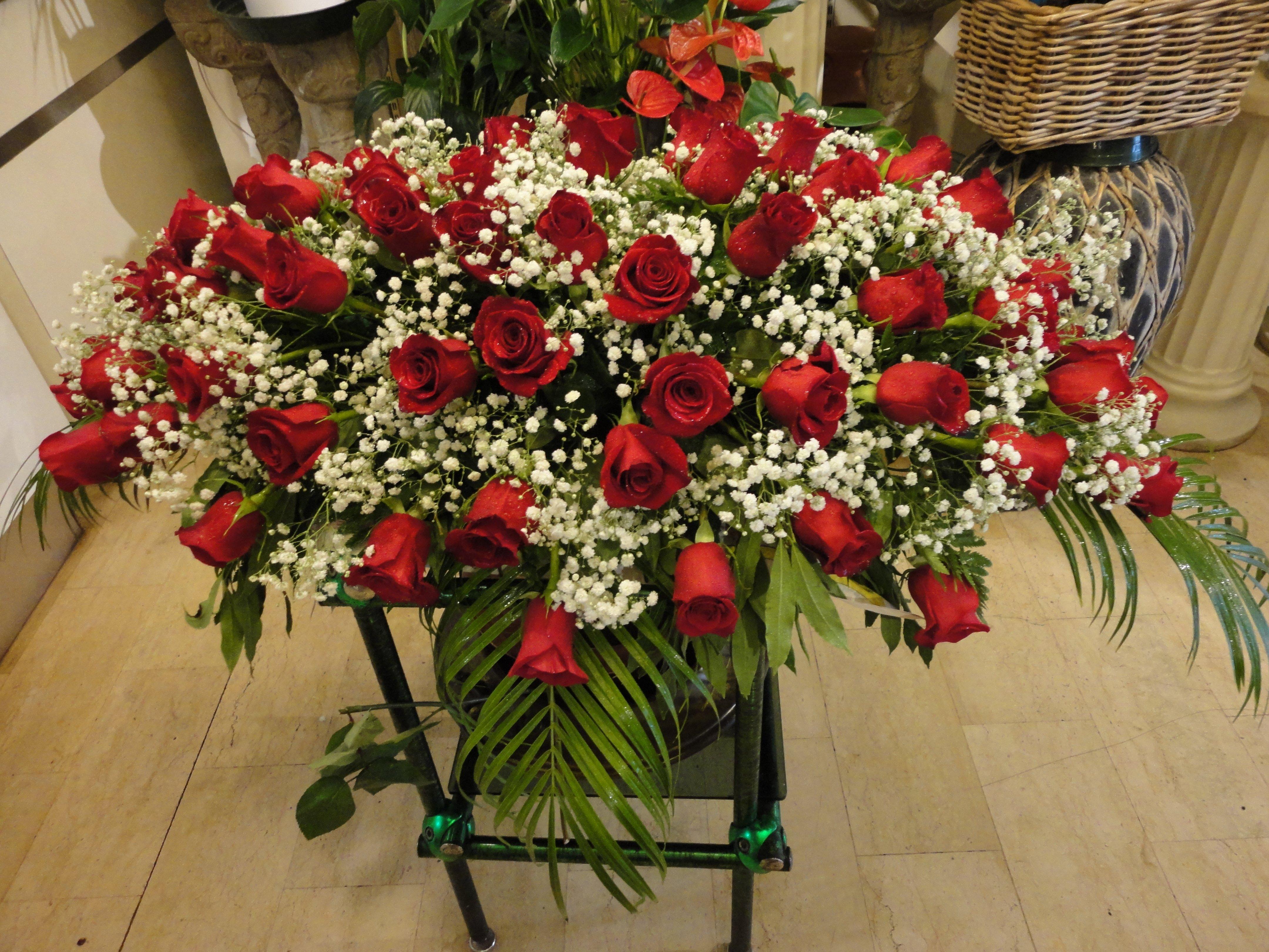 copricassa di rose bianche e rosse