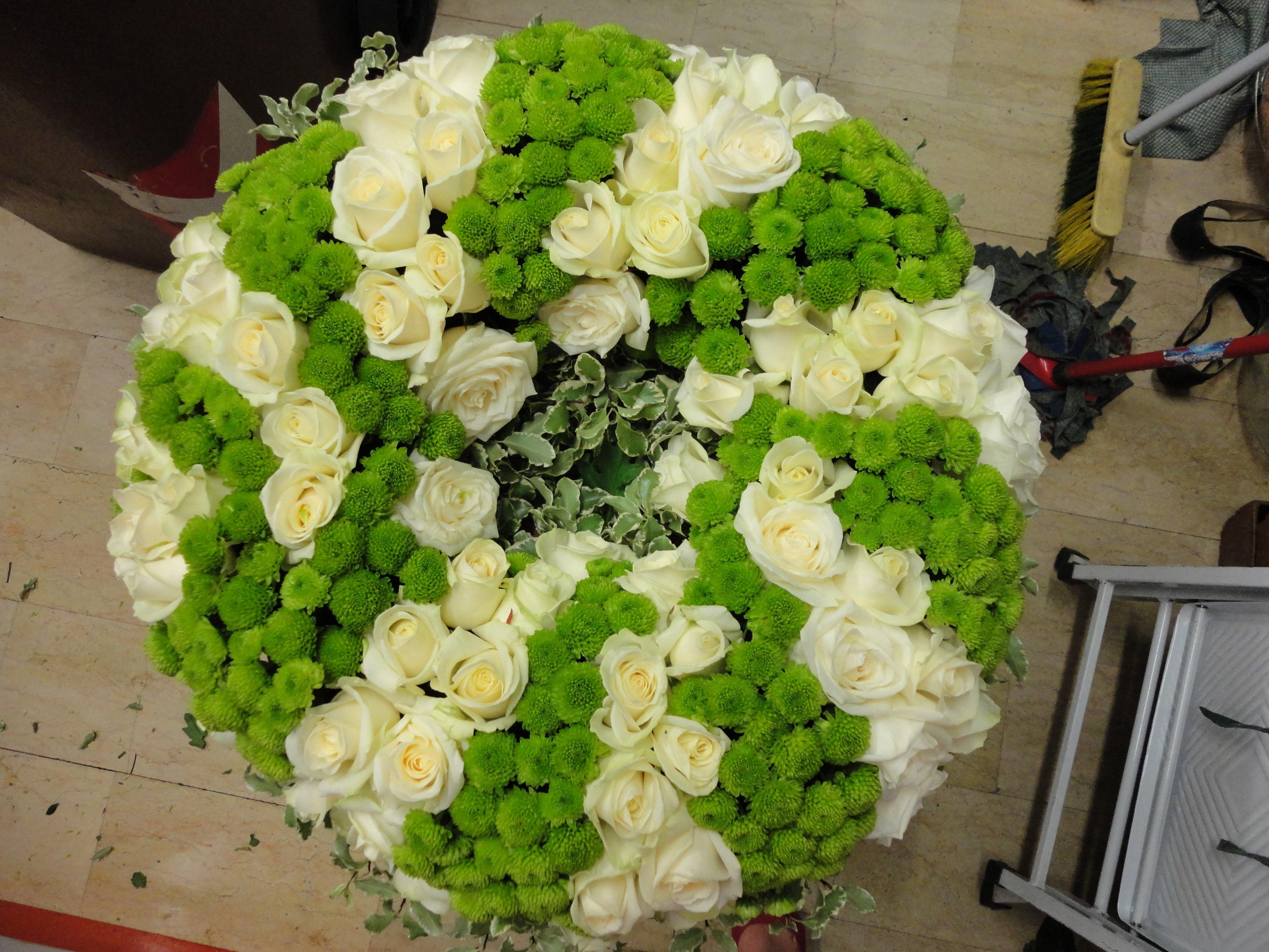 corona di fiori bianchi e verdi