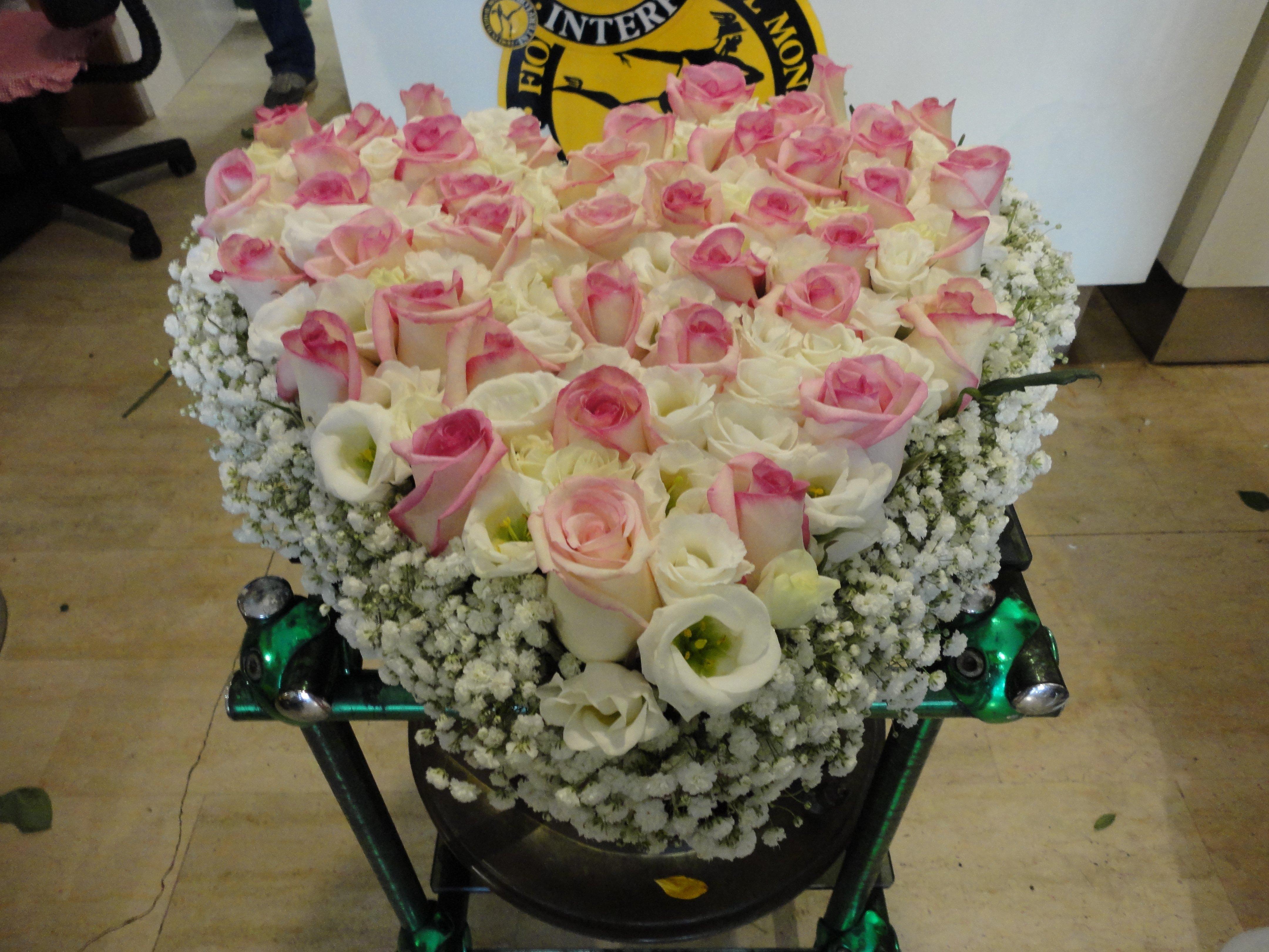 mazzo di rose bianche e rosa