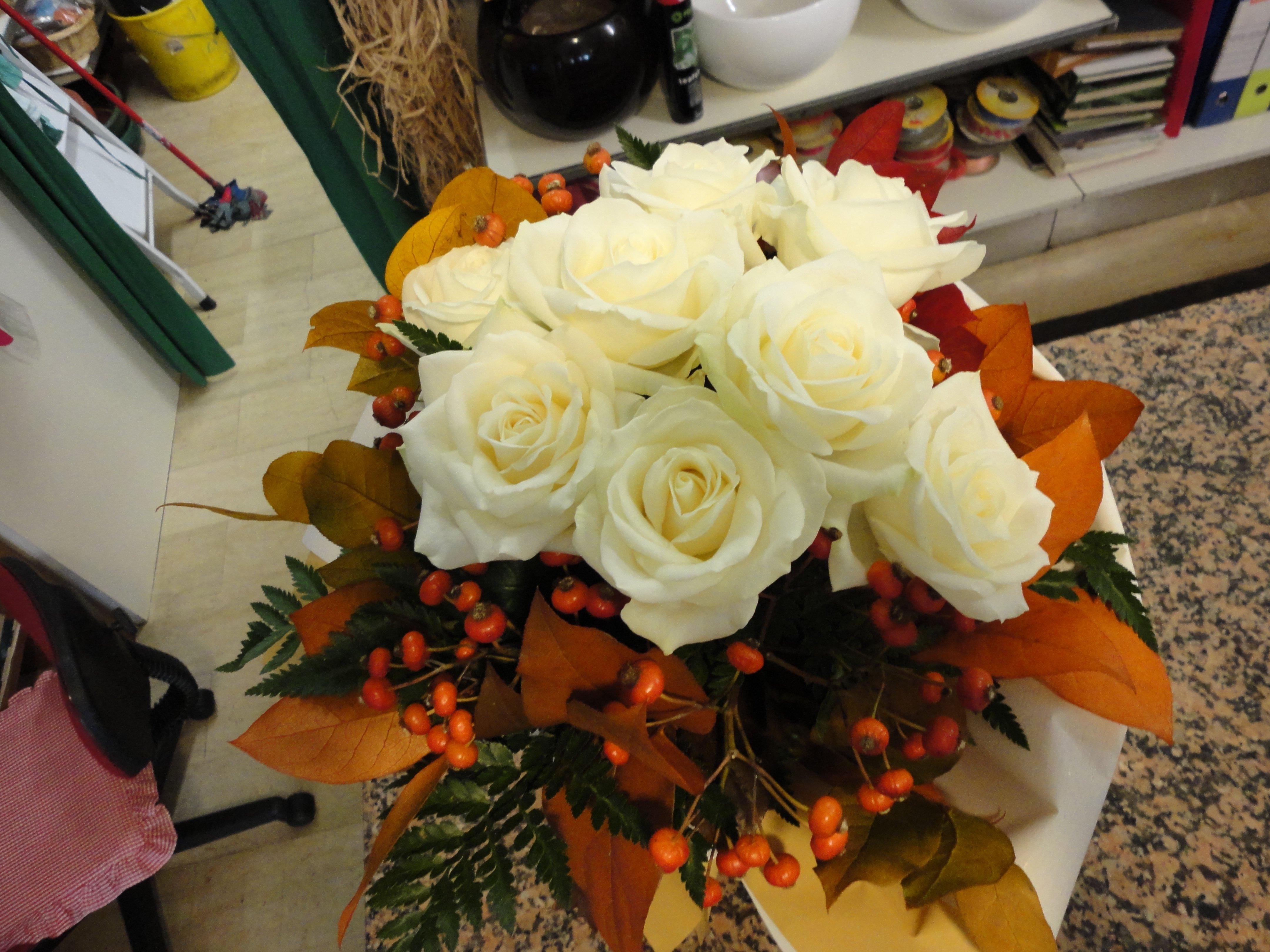 composizione rose rosa e foglie arancioni