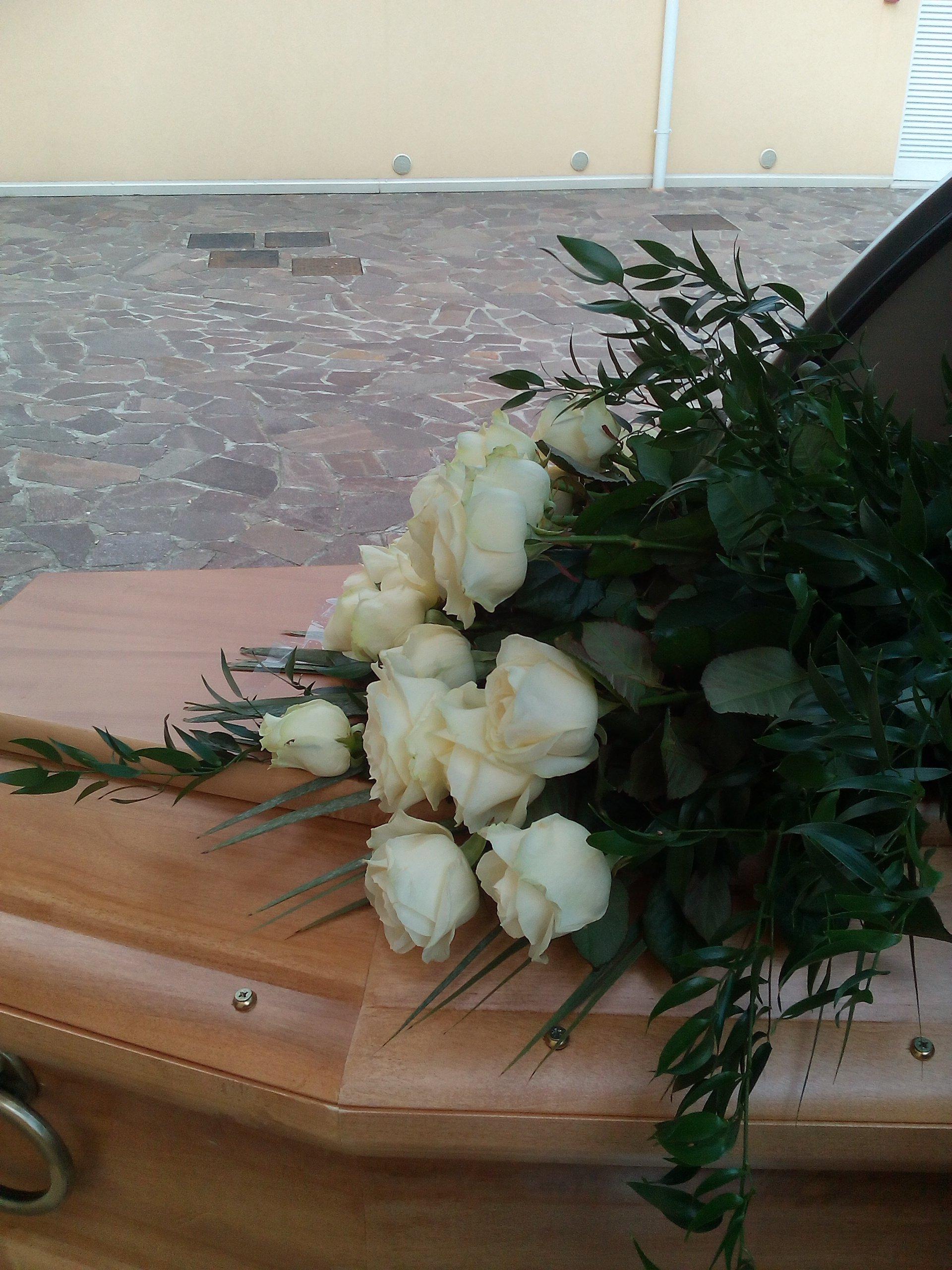 rose sulla bara