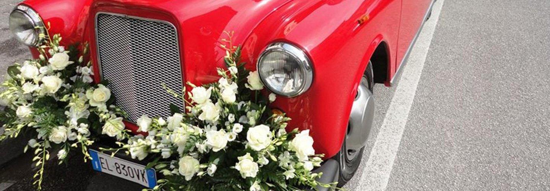 Decorazioni floreali per l'auto degli sposi