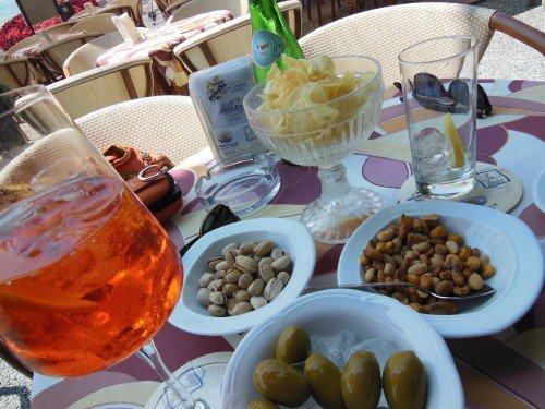 Aperitivi, olive,pistacchi,frutta secca... e due coppe