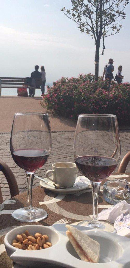 Due bicchieri di vini ,un panino e un caffé