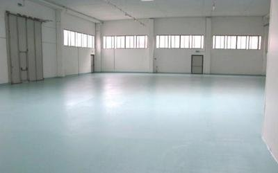 un deposito con un pavimento di color azzurro