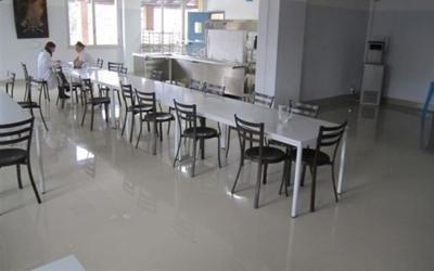 una stanza con dei tavoli e delle sedie