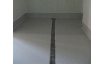 un pavimento bianco con una riga nera in mezzo