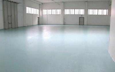 un pavimento azzurro in un magazzino