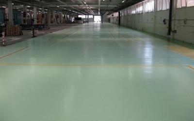 un magazzino con un pavimento verde a linee gialle