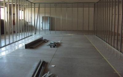 un magazzino con del materiale per terra e delle transenne alte