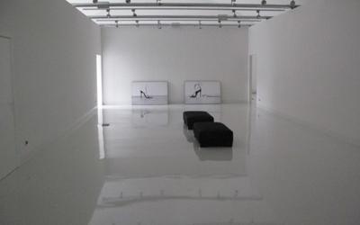un pavimento bianco lucido in un'ampia stanza