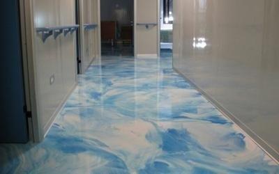 un pavimento lucido bianco a sfumature blu