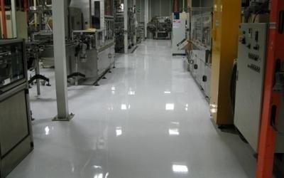 un pavimento bianco lucido di una fabbrica