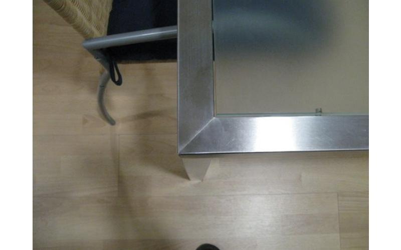 Particolare tavolo in acciaio inox