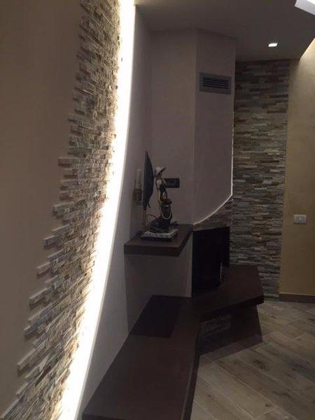 parete in pietra con pavimento in legno
