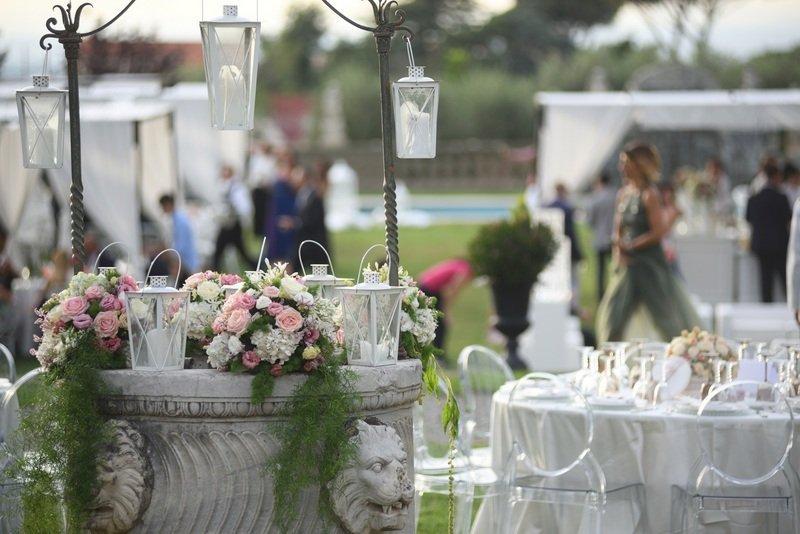 tavoli addobbati per un matrimonio all'aperto