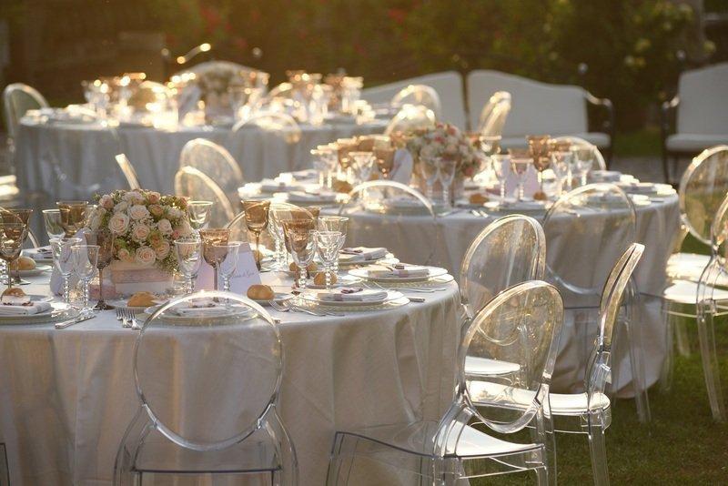 tavoli apparecchiati per un matrimonio all'aperto