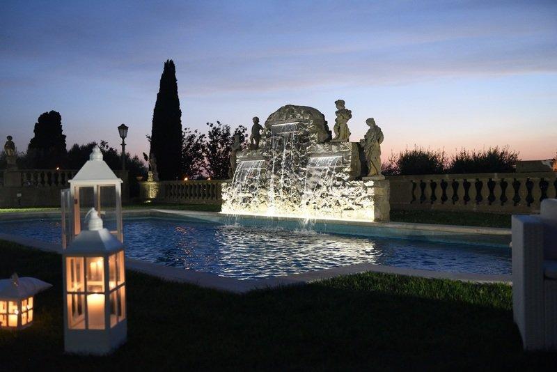 fontana e piscina in parco di una villa