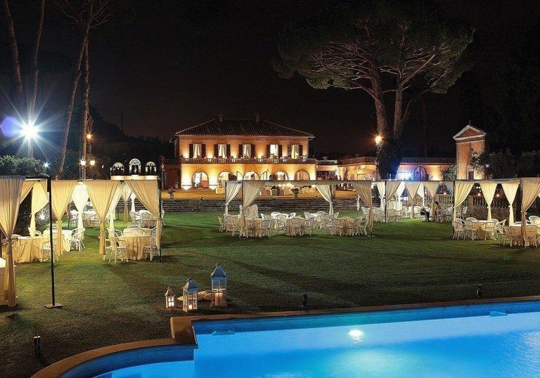 villa per banchetti con piscina di notte