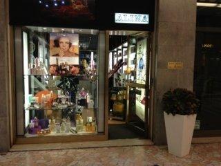 L'entrata nel centro storico di Faenza della Profumeria Alina