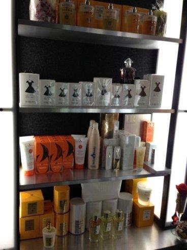 Uno scaffale pieno di prodotti per la cura del corpo