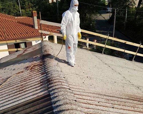 Un tecnico sta guardando il tetto da lavoro