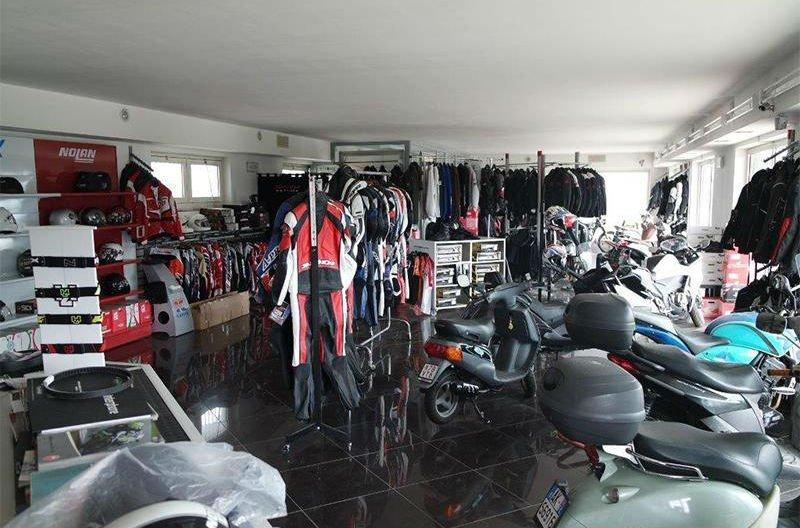 accessori moto e motoveicoli in esposizione