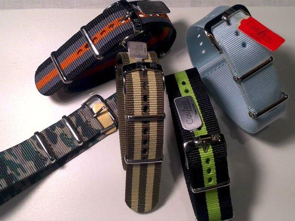dei cinturini di color militare,grigio e arancione e altri colori