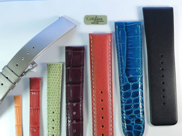 dei cinturini in pelle di diversi colori e uno in metallo