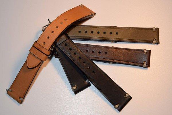 un cinturino marrone e tre neri