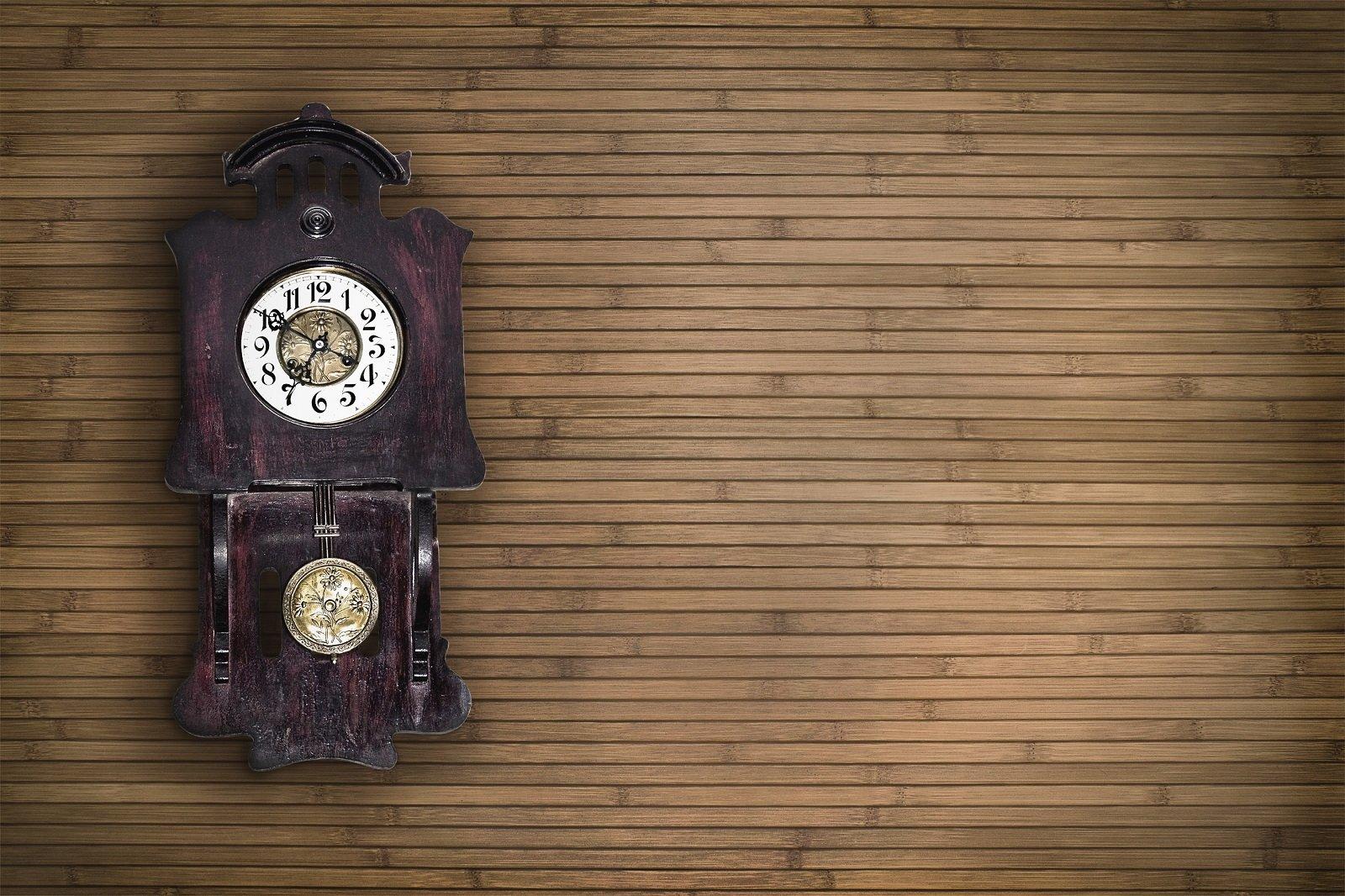 orologio da parete su sfondo di legno