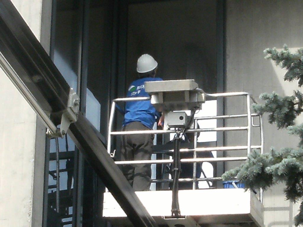 pulizia vetrata in sospensione