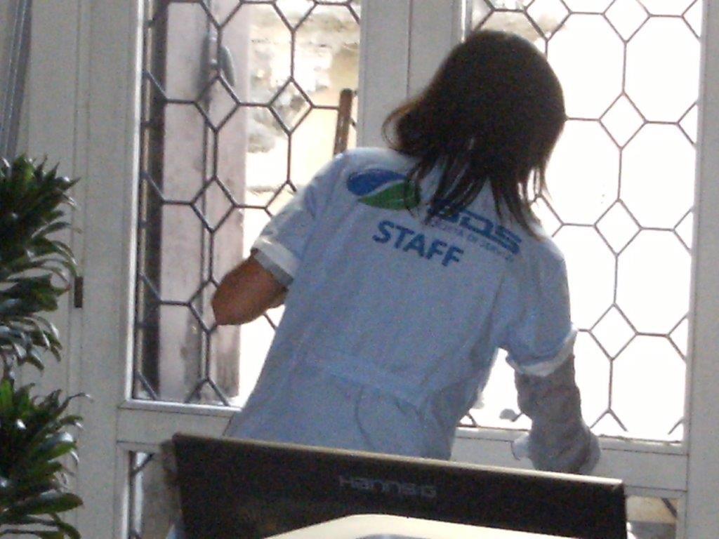 pulizia di una finestra dall'interno