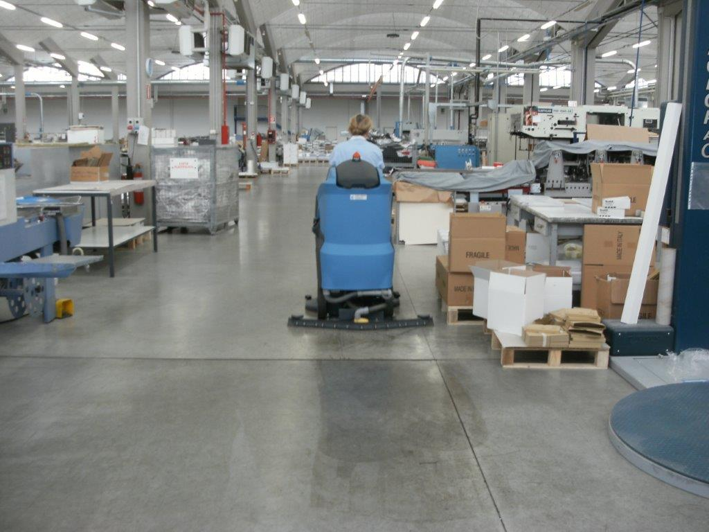 pulizia di un magazzino tramite monospazzola con operatore