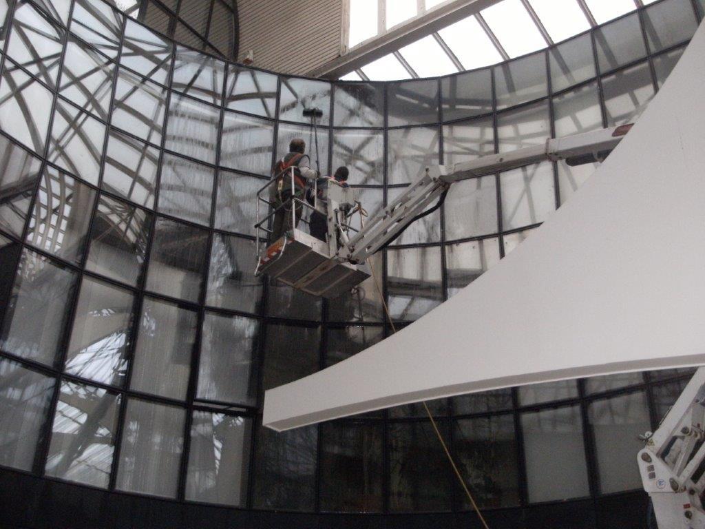 pulizia in sospensione di una vetrata panoramica
