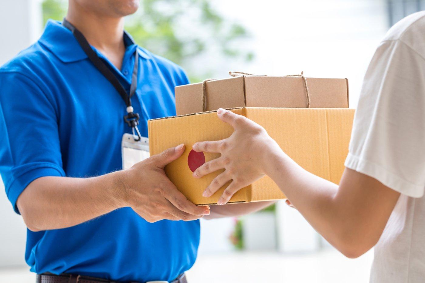 facchino che consegna due pacchi a una persona