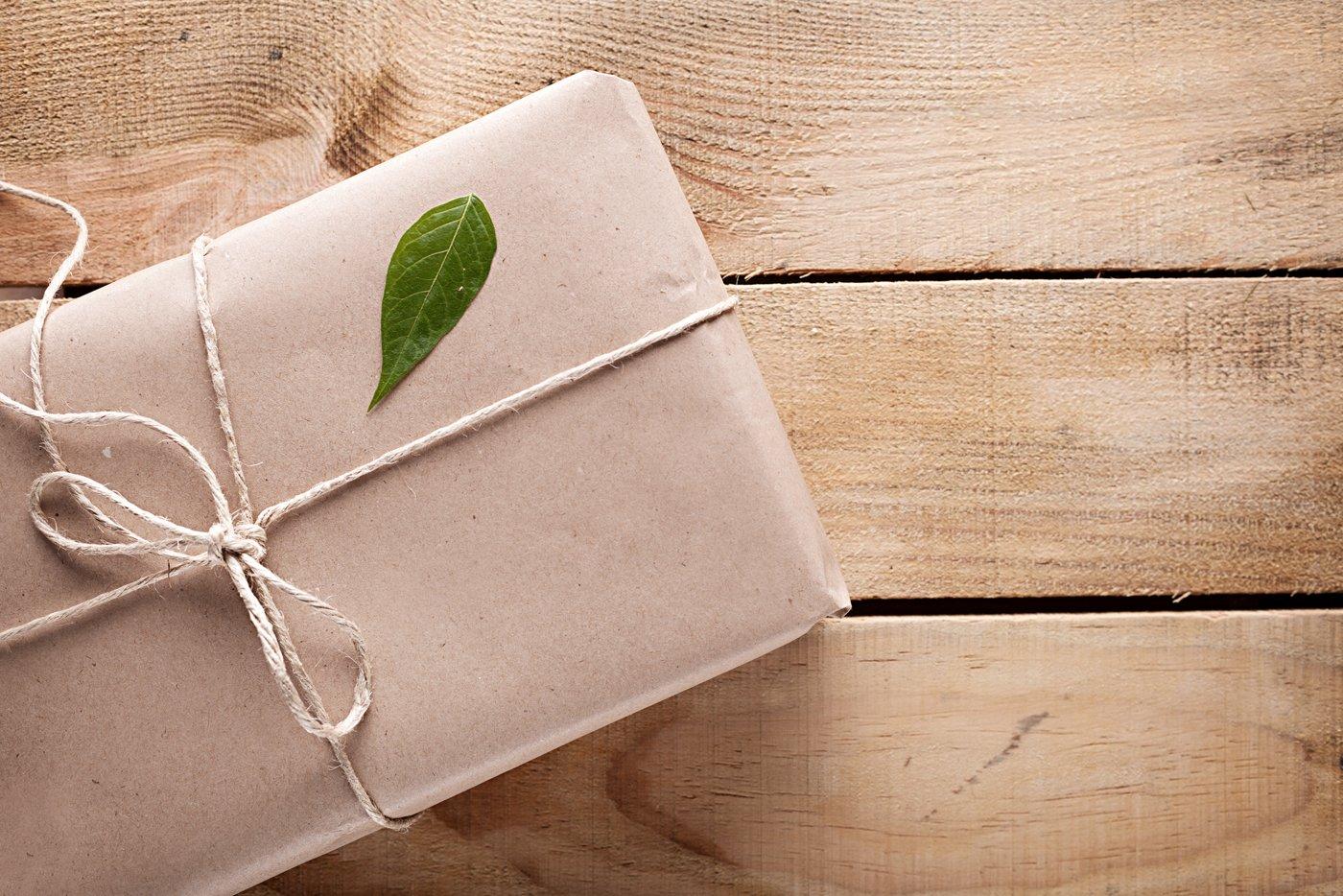 vista dall`alto di un pacco regalo in cartone con una foglia verde sopra