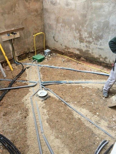 lavori di montaggio tubi a pavimento