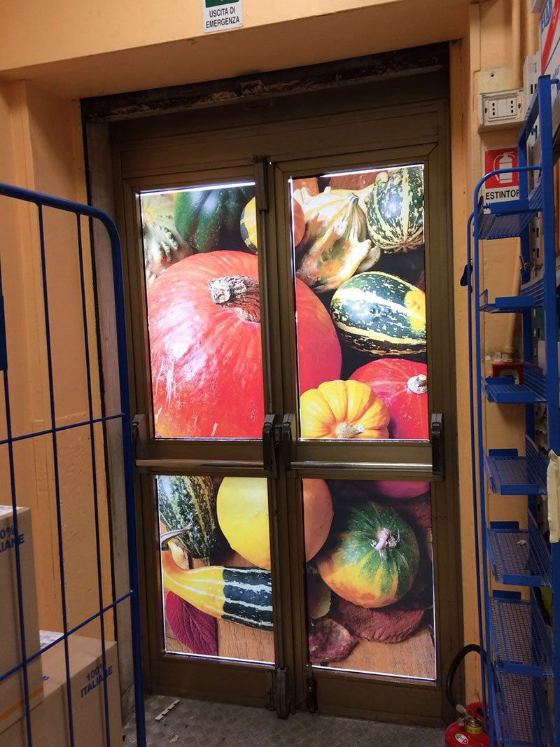 due porte con immagine della verdura