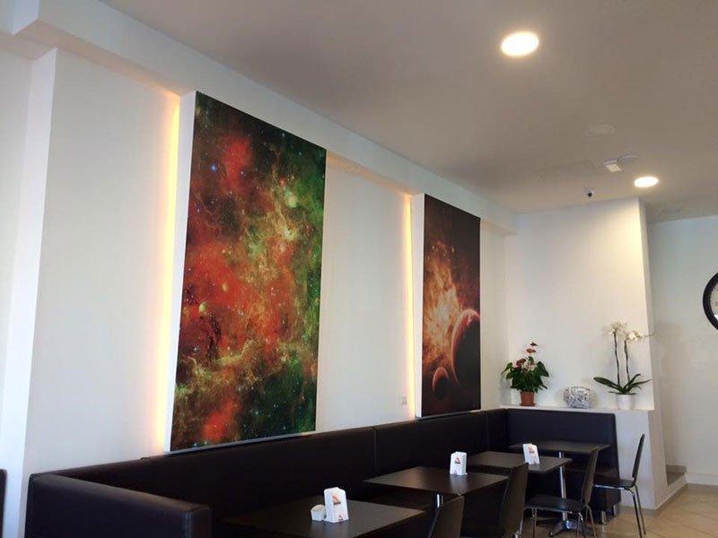 tre  tavoli e due cornici illuminanti al muro