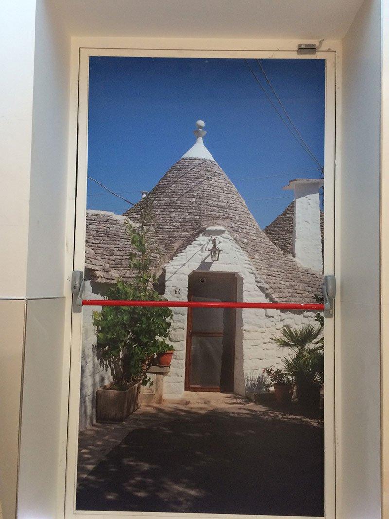 una porta con un disegno di una casa