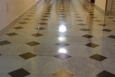 pulizia di pavimenti di ambienti pubblici e privati
