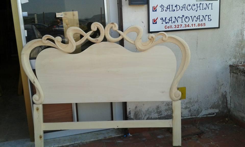 Pezzo in legno intagliato per letto in stile barocco