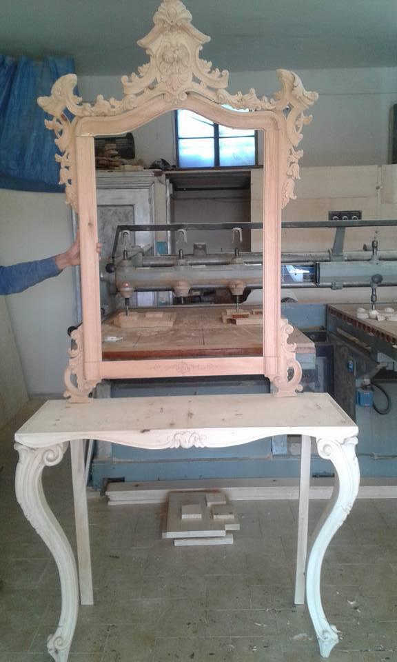 Cornice in legno grezzo chiaro per specchio in stile barocco