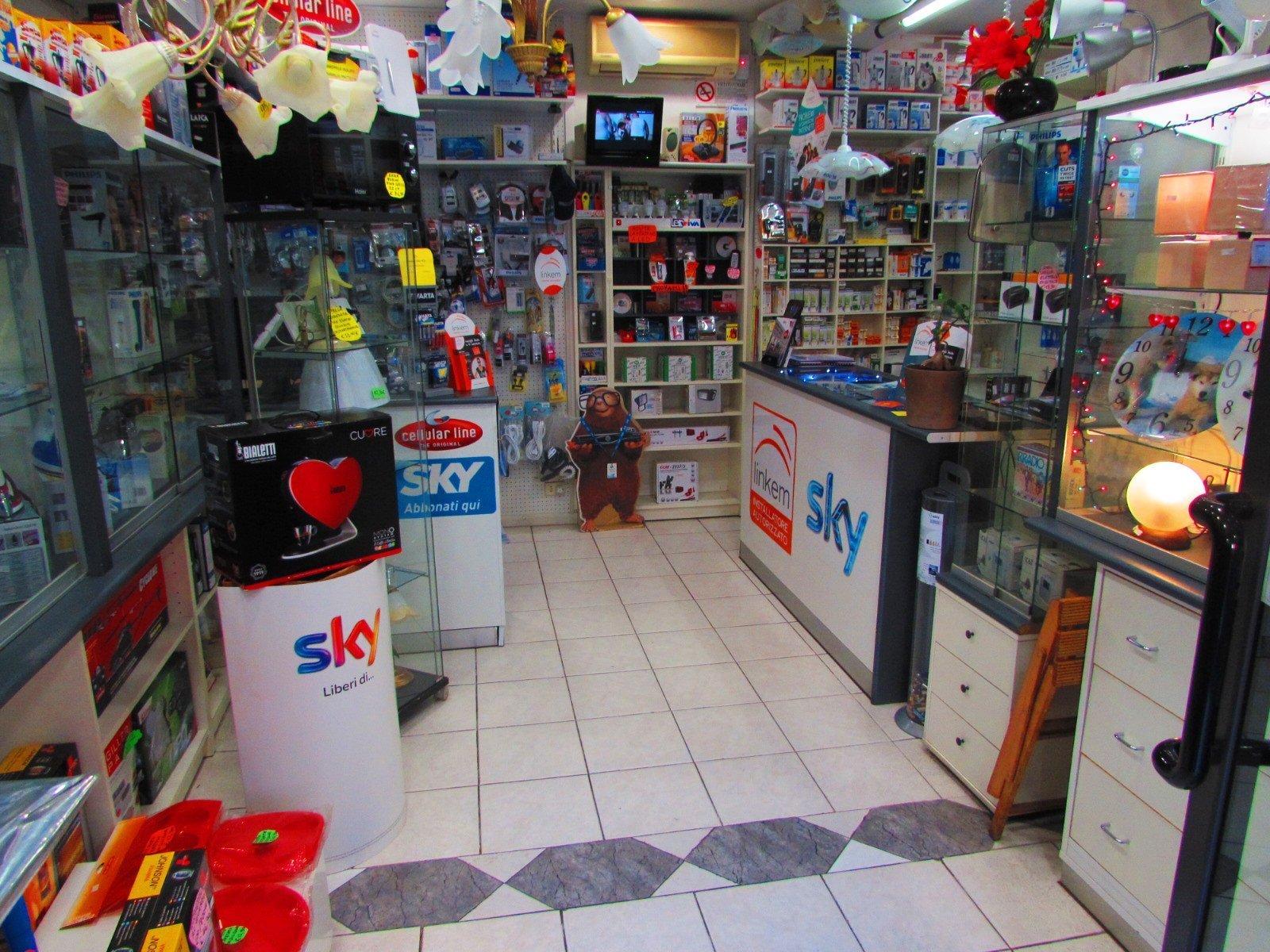 vista interna di un negozio convenzionato SKY che fornisce prodotti elettrici