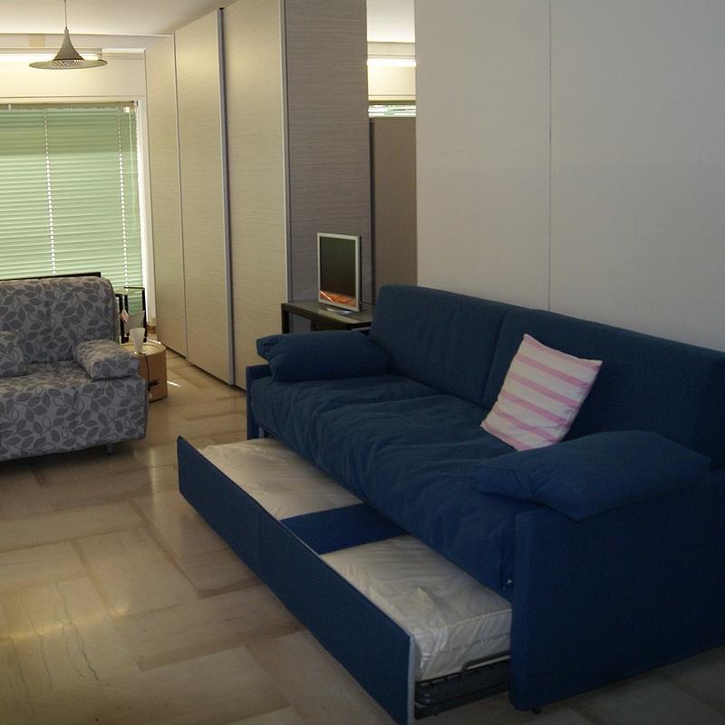 salotto con un divano blu e l'altro grigio