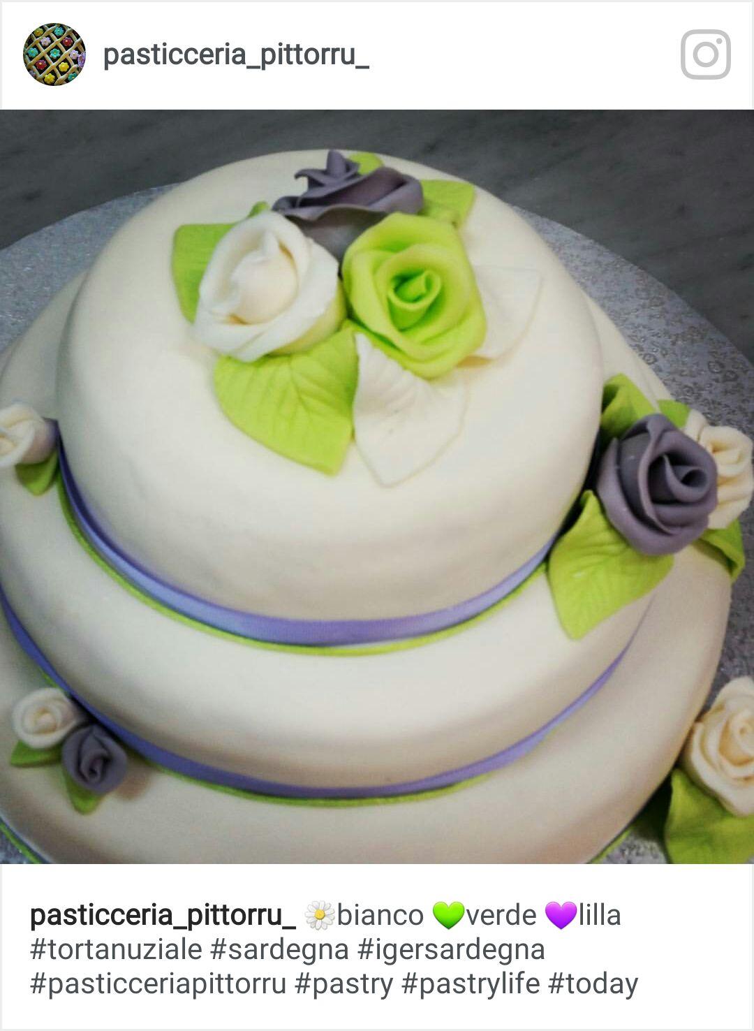 Torta con fondant bianca con rose di zucchero